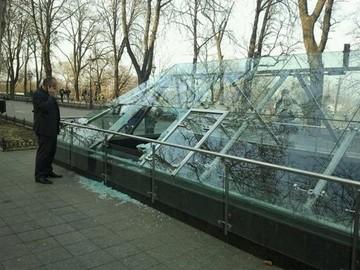 В Одессе вандалы разбили стеклянный музей на Приморском бульваре