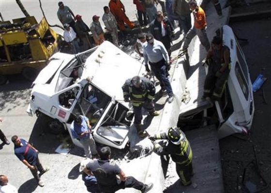 Автобус попал в аварию из за разрушенного моста во время землетрясения в Мехико. @reuters