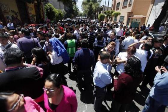 В Мехико, столице Мексики, из за землетрясения люди эвакуированы из офисов @reuters