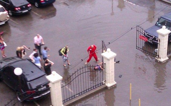 Сотрудника Приморского суда убило электричеством во время потопа. Фото пользователя Одесского форума