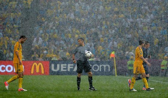 Матч Евро 2012 Украина-Франция пришлось прервать из-за дождя.