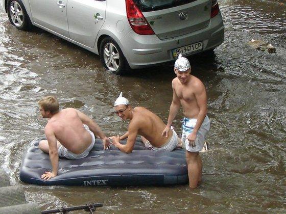 Одесситы во время ливня плавают на надувном матрасе. Фото пользователя Одесского форума