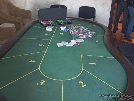 Подпольный покер-клуб находился прямо в комнате квартиры