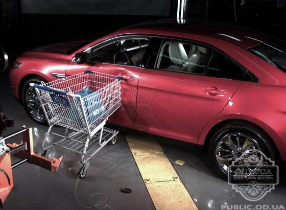 Тележка повредила авто у ТЦ Ривьера