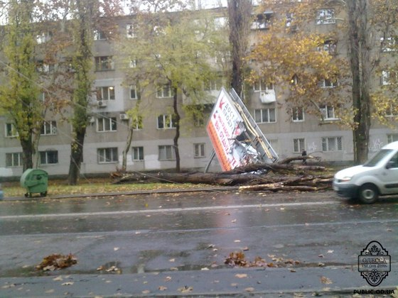 Ураган сорвал билборд на ул. Сегедская