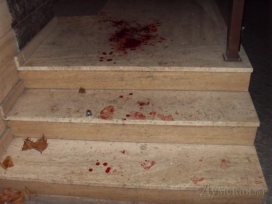 Кровь на лестнице еще не успели отмыть
