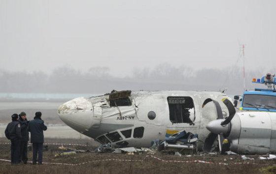 Самолет АН-24 разбился между посадочными полосами, совершая аварийную посадку