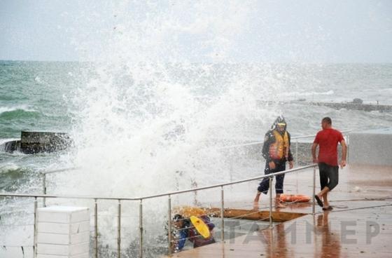 В Одессе на пляже утонул мужчина во время шторма