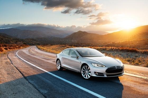 Автомобиль Тесла использует электрические двигатели. Однако, от электромобилей сегодня тоже можно отказаться