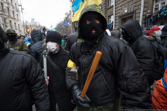 Агрессивно настроенные участники призывали давить солдатов-срочников трактором