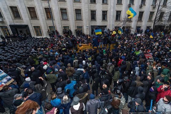 Но большинство митингующих - мирные люди. Они окружили трактор, чтобы не допустить кровопролития