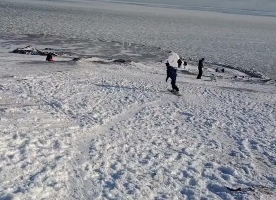 В Одесской области вовсю катаются на санках, лыжах и даже сноуборде