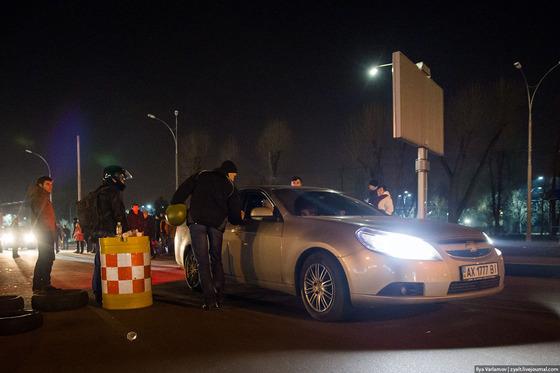 Активисты майдана проверяют все машины, покидающие Киев. Фото @zyalt
